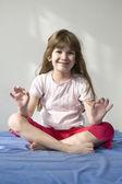 年轻女子做瑜伽 — 图库照片