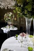 Kytice bílých květin ve váze skla — Stock fotografie