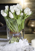 White tulips on  dining table — Stockfoto