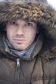 Muž v kapuci kožešin — Stock fotografie