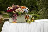 Tisch mit blumen in den parks für geschenke — Stockfoto