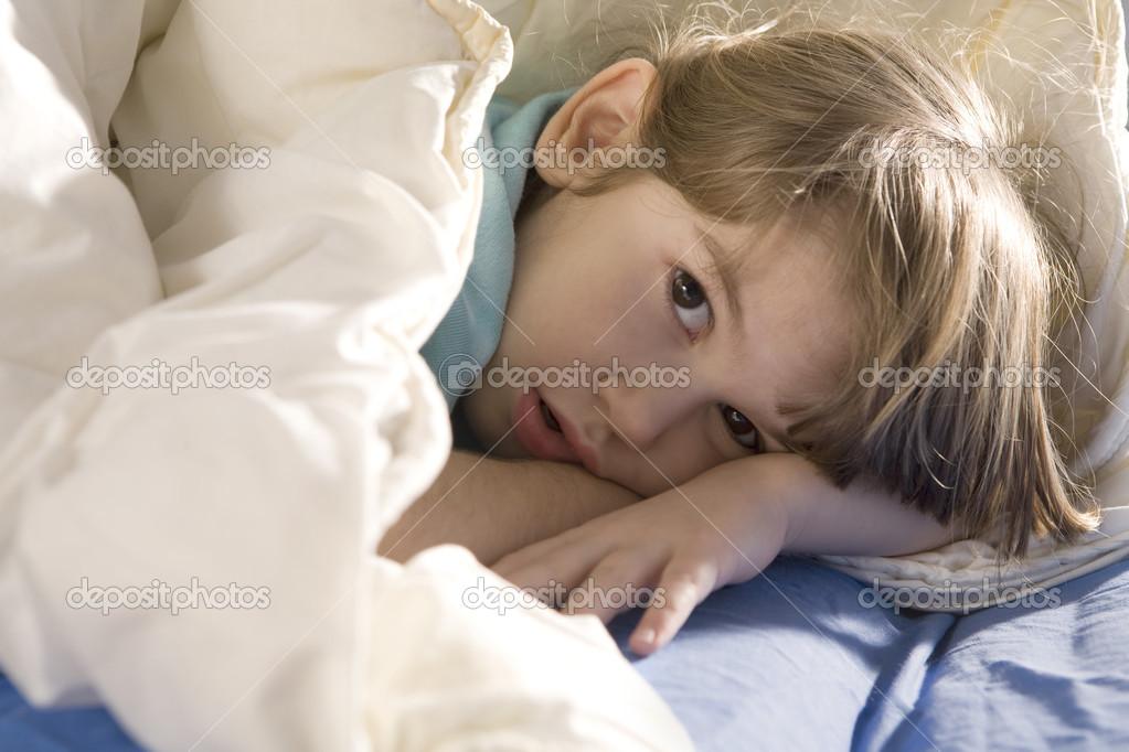 可爱的小女孩睡在床上