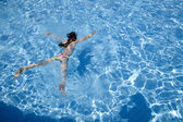 Little girl swimming in swimming pool — Stock Photo