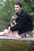 Otec a dcera na mostě u řeky — Stock fotografie