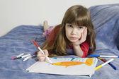 Fille riante avec dessin — Photo