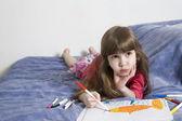 Małe słodkie dziewczyny poważne siedem lat z rysunek obraz — Zdjęcie stockowe