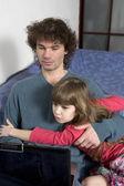 Ojciec i córka gry za pomocą laptopa — Zdjęcie stockowe