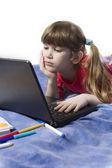 Schattig klein meisje spelen met computer — Stockfoto
