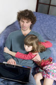 Far och dotter spelar spelet med laptop — Stockfoto
