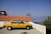 Veículo de crossover amarela perto da parede — Foto Stock