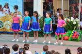 Crianças da escola comemorando shavuot (pentecostes) — Foto Stock