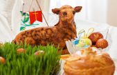 Easter lamb and easter eggs on green gras — Stock Photo