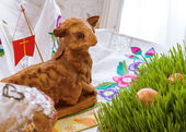 Easter lamb and easter eggs located on green grass — Zdjęcie stockowe