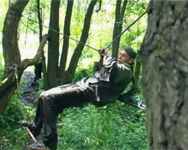 Junger Soldat ist Training in schwierigen Zustand im Wald — Stockvideo