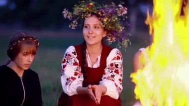 Happy girl sings song near the fire — Stock Video