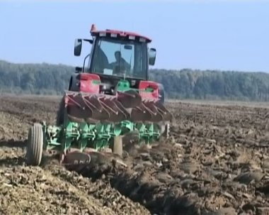 Traktor plows the land in spring. The farmer hopes for the future harvest. — Stock Video