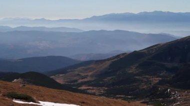 Hight ângulo de vista para uma cadeia de montanhas — Vídeo stock