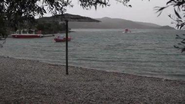 Hızlı tekne fırtınada bir iskele ile birlikte döşeme — Stok video