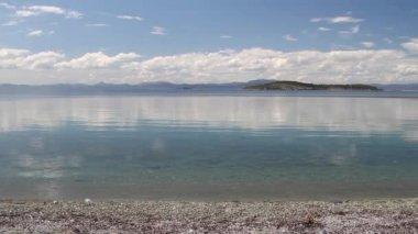 Small island on the horizon — Stock Video