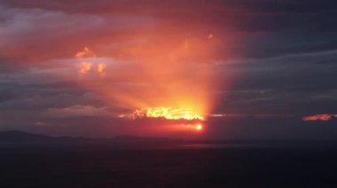 Bulutların arasından geçen güneş ışınları mücadele — Stok video