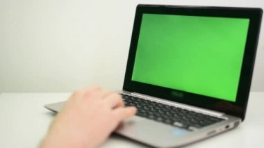 Notebook - green screen - man works on computer - isolated — Stock Video