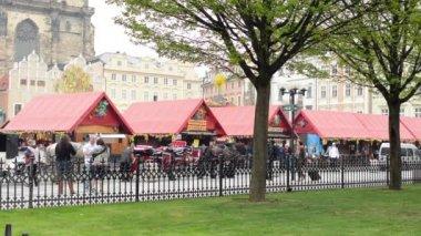 Pascua mercados - tiendas con las personas y de huevos de Pascua - con el parque. Plaza de la ciudad vieja de Praga. — Vídeo de Stock