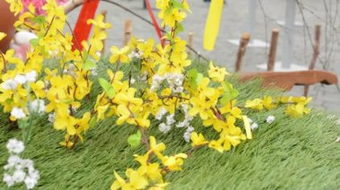 Easter markets - detail of easter decoration (yellow flower and grass). Old Town Square in Prague. — Stock Video