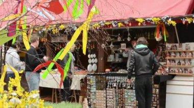 Påsk marknader - affärer med människor. gamla stans torg i prag. — Stockvideo