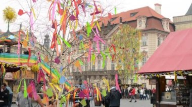 Easter markets - easter decorated tree with shops and people in background. Old Town Square in Prague. — Stock Video