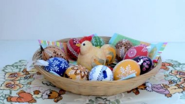 Easter decoration - put basket of painted eggs on the table — ストックビデオ