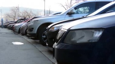 Cars park on the street — Vídeo de stock