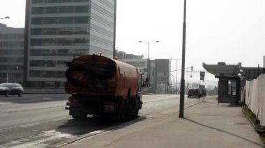Cleaning car cleans the street — Vídeo de stock