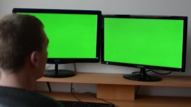 Man works on the computer - green screen. Man typing on the keyboard. — Vidéo
