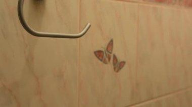 男 (若者) 新しいトイレット ペーパー トイレ (トイレに追加します) — ストックビデオ