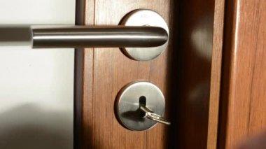 (年轻人) 的手锁室内门钥匙 — 图库视频影像