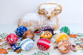 Easter decoration - ram to eat with painted eggs — 图库照片