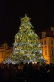 Vánoční stromeček s lidmi na starém náměstí v praze (česká republika) — Stock fotografie