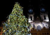 Christmas tree with Church of Our Lady in background on Old Town Square — Stock Photo