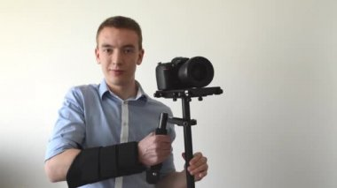 Man with professional camera (steadicam) — Stock Video