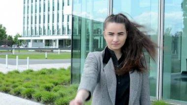 Femme d'affaires montre pouces sur l'accord et les sourires avant bussines bâtiment — Vidéo