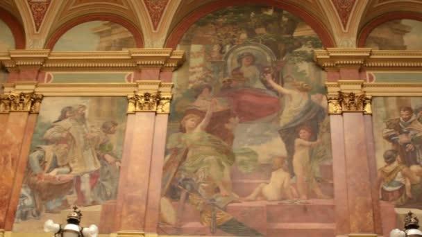 Interieurmalerei  Historische Gebäude - Interieur. Malerei auf Wänden mit Treppe ...