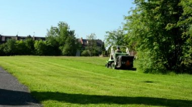 Man cuts the grass (public services): lawn-mower — Vídeo de Stock