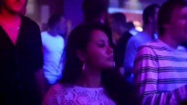 Gente che balla a una festa (discoteca) - donna attraente danza — Video Stock