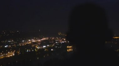 Man looks at the night city — Stock Video