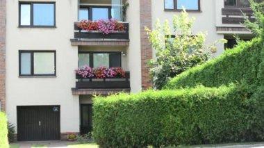 Casa con mujer caminar - naturaleza verde (verano) — Vídeo de stock