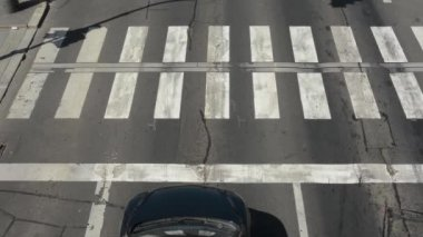 Cars waiting at traffic lights and then go via the pedestrian crossing — Stock Video