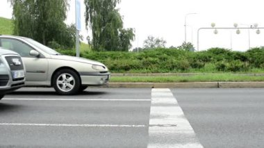 Cars drive on the road - drivers wait on the traffic light — Vidéo