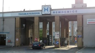 Hospital entrance - exterior - cars drive in and drive out - with people — Wideo stockowe