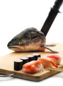 Sushi and salmon head — Stockfoto