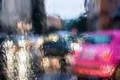 Rozmazané světla přes vlhké sklo — Stock fotografie